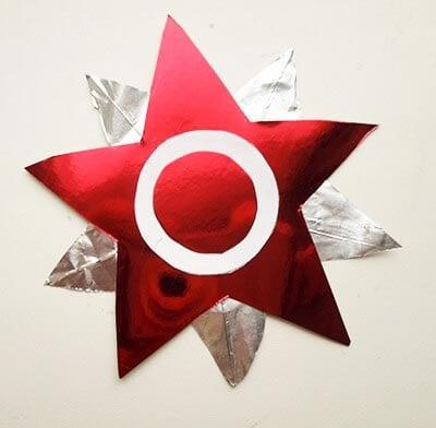 Приклеиваем меньший красный круг