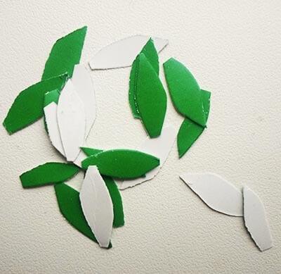 Вырезаем маленькие листочки