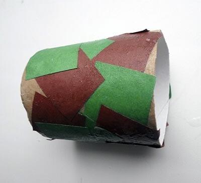 Обклеиваем картонную трубу кусочками бумаги