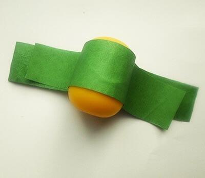 Приклеиваем зеленые полоски друг к другу и к яичку