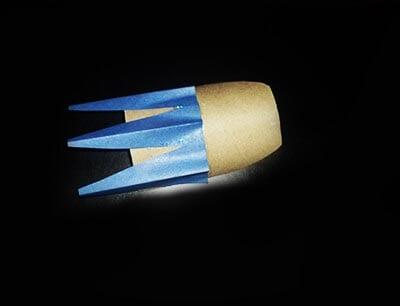 Приклеиваем ракету на картон