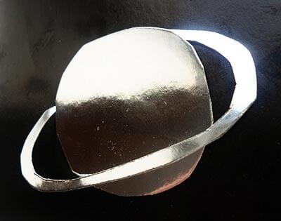Вырезаем серебристую планету с кольцом
