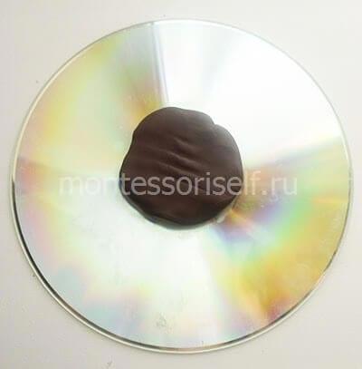 Прикрепляем на диск пластилин
