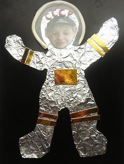 Приклеиваем космонавту бумажный прямоугольник