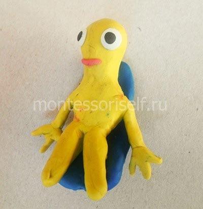 Инопланетянин на кресле из пластилина