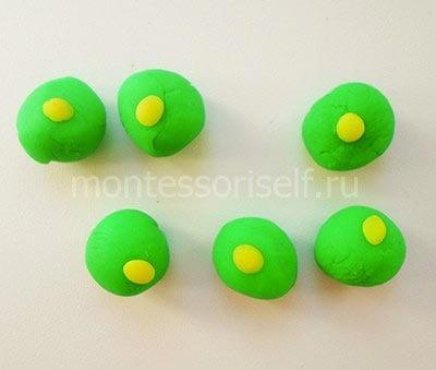 Прикрепляем к зеленым шарикам маленькие желтые