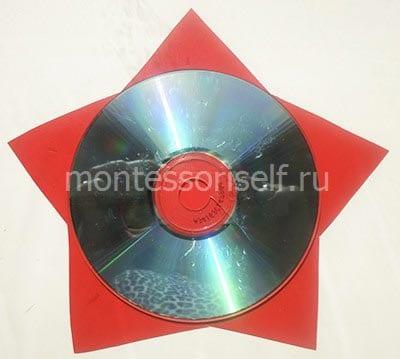 В центр звезды приклеиваем диск