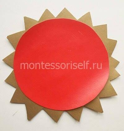 Склеиваем красный круг и солнышко