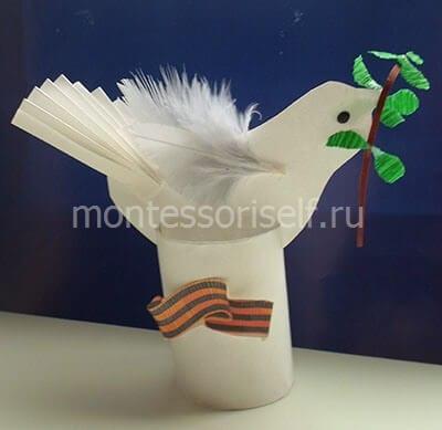 Приклеиваем лавровую ветвь голубю