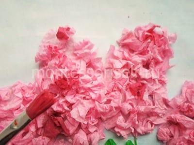 Украшаем бумажные комочки краской