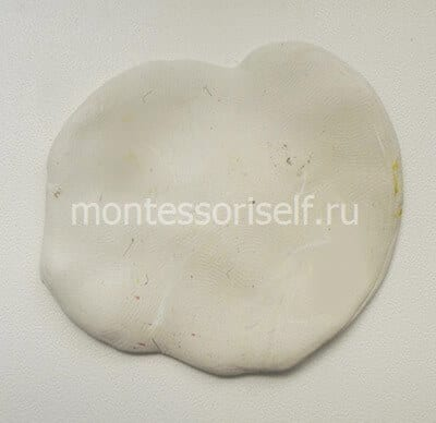 Лепешка из белого пластилина