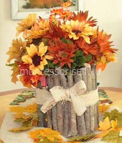 Вазочка из веток с осенними цветами
