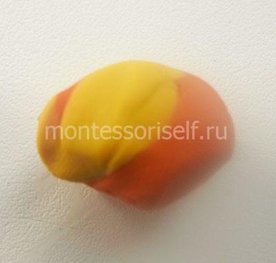 Смешиваем желтый и оранжевый пластилин