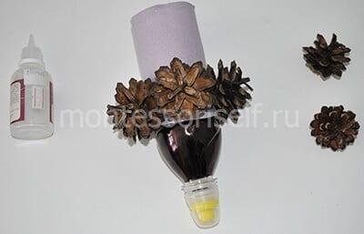 Бутылку с тканью покрываем шишками