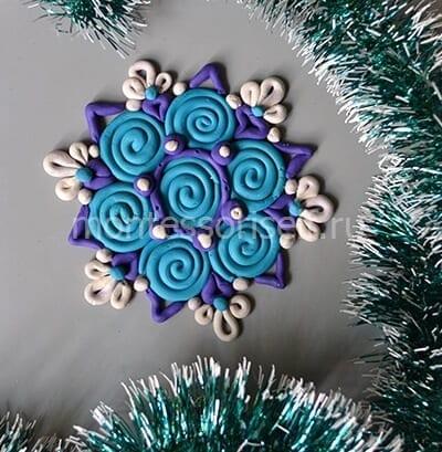 Новогодняя снежинка из пластилина