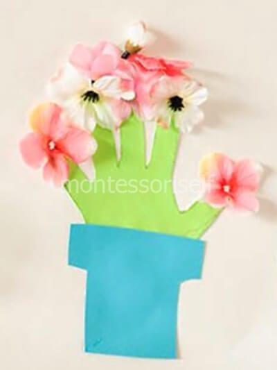 Аппликация из цветов и ладошки