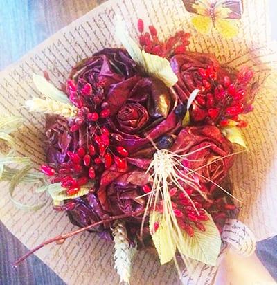 Букет из красных роз и колосков
