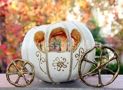 Белая карета с изящными колесами