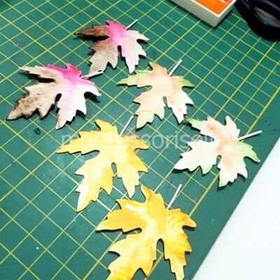 Высушиваем окрашенные листья