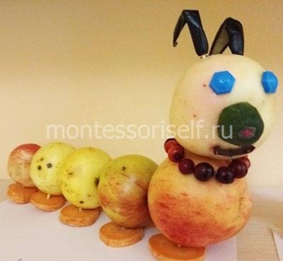 Гусеница из яблок и природных материалов