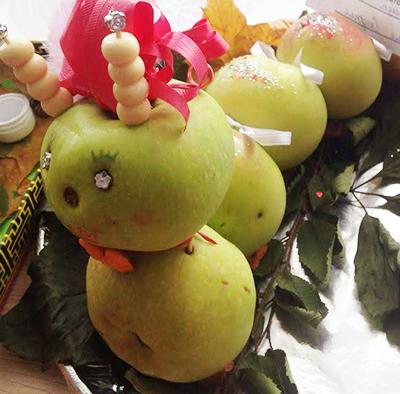 Гусеница из яблок с рожками, бантиками и блестками