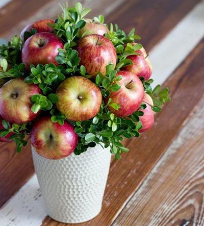 Украшение в горшочке с яблоками