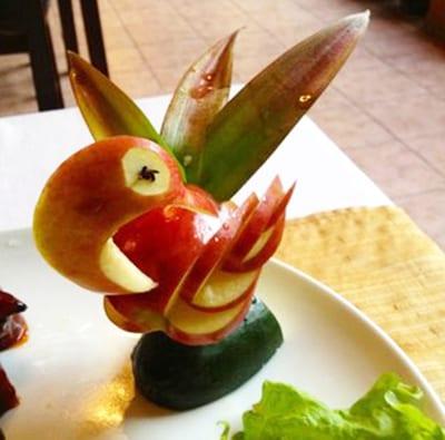 Лебедь из яблока с изогнутой шеей