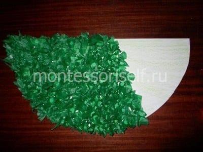 Покрываем кусочками зеленой бумаги весь полукруг