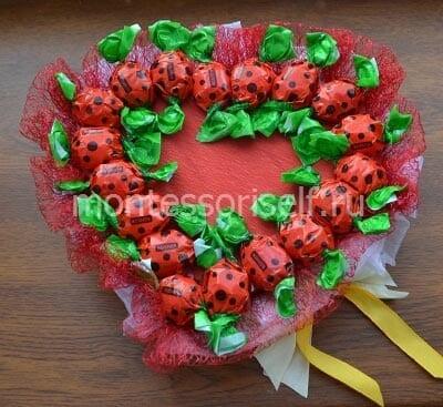 Приклеиваем конфеты вдоль края