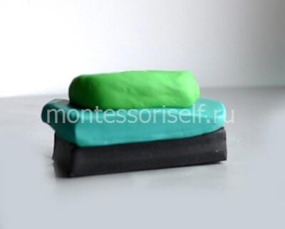 Кладем зеленый пластилин на заготовку