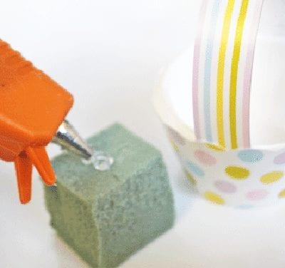 Вырезаем кубик и наносим клей