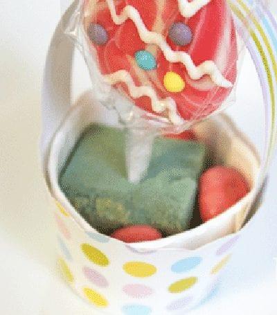 Закрепляем кубик и вставляем конфету