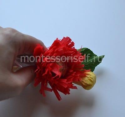 Помещаем цветы и листики внутрь колокольчика