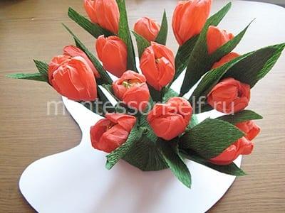 Приклеиваем подставку и вставляем цветы