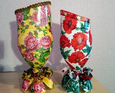 Ваза из пластиковой бутылки на подставке с цветами