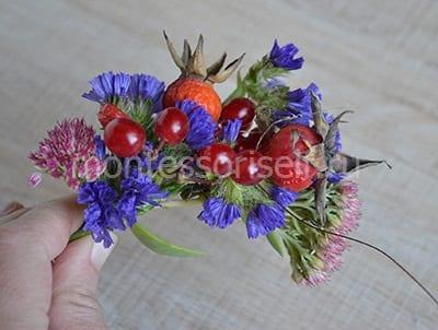Вплетаем в венок цветы, плоды и ягоды