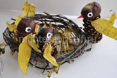 Делаем клювики и глазки и помещаем в гнездо