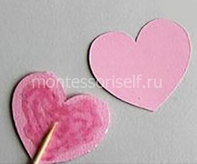 Склеиваем два сердечка вокруг палочки