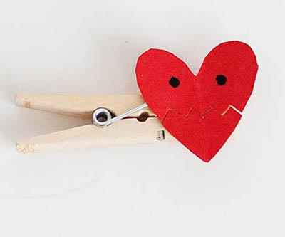 Приклеиваем бумажное сердечко на прищепку