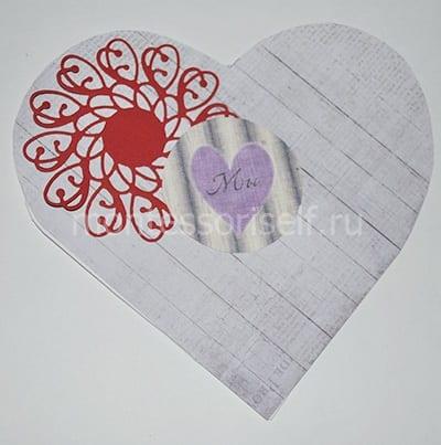 Приклеиваем снежинку и рисунок с сердечком