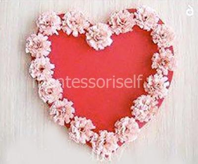 Открытка в виде сердца с розочками из нарезанной бумаги