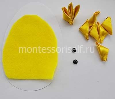 Заготовки из желтых лент и фетр на картоне