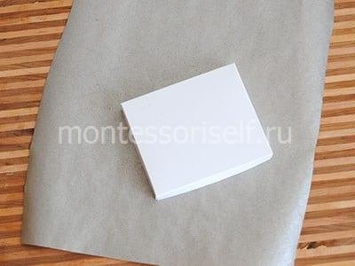 Оклеиваем постамент серой бумагой
