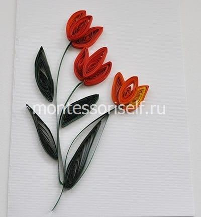 Приклеиваем цветы, листики и стебельки на основу