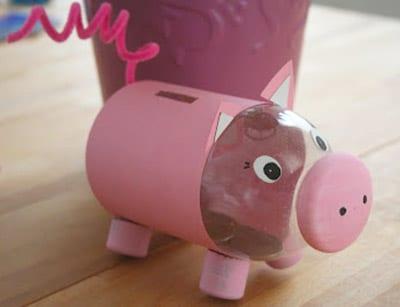 Свинья из бутылки с бумагой