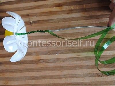 Наматываем и подплавляем пластик в нижней части стебля
