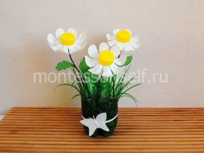 Букет цветов в вазе из пластиковой бутылки