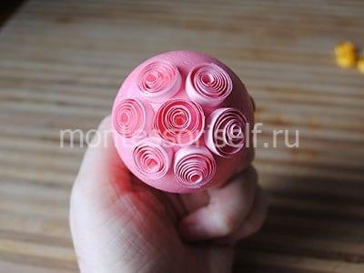 Оклеиваем яичко розовыми завитками