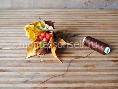 Скручиваем букетик из листьев и ягод
