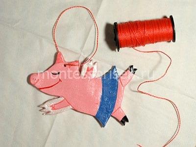 Покрываем свинку лаком и продеваем шнурок